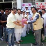 Dr Mukesh Agarwal ko guldasta dete huye